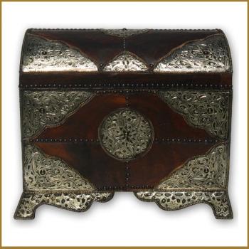 Orientalische Truhe mit Leder und Silber-Metall verkleidet